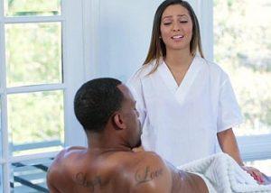 Joven masajista visita a un cliente negro en su casa