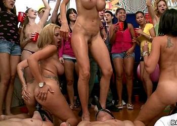 Cuando un grupo de actrices porno acude a una fiesta universitaria