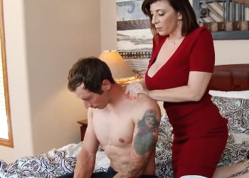 Joven se pone cachondo con su madre durante un masaje