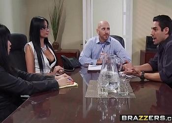 Celebran una reunión laboral exitosa con sexo en la oficina