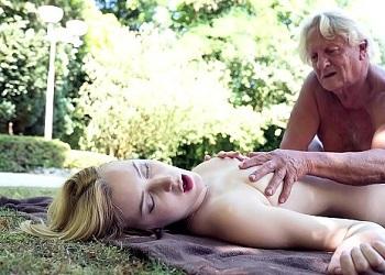 Un viejo y una universitaria practican sexo al aire libre
