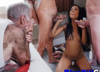 Jovencita latina disfruta follando con tres viejos a la vez