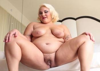 Rubia obesa trabaja como webcamer y se masturba
