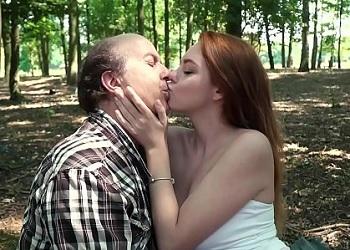 Jovencita cachonda tiene sexo con un viejo en el parque