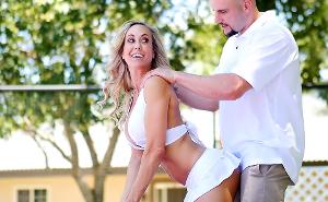 Brandi Love folla con su profesor de tenis en la cancha