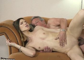 Su abuelo le regala decoración para la casa y ella se lo folla