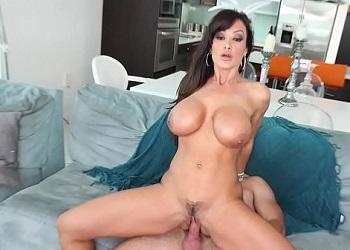 Lisa Ann acaba follando después de un masaje en sus nalgas