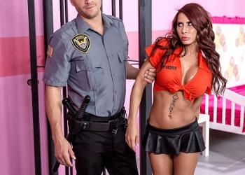 Madison Ivy se tiene que tirar a un policía en la cárcel