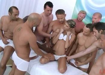 Gina Gerson participa en un gangbang con diez tíos para Legal Porno