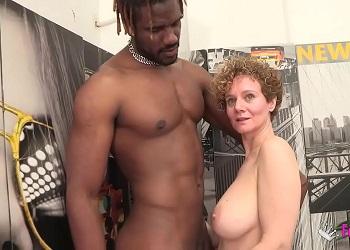 Madurita rubia está gozando al cumplir todas sus fantasías sexuales