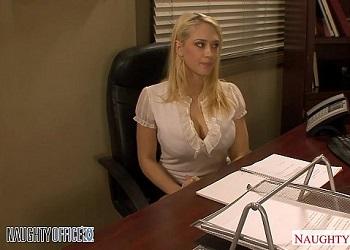 La nueva secretaria se convierte en un juguete sexual