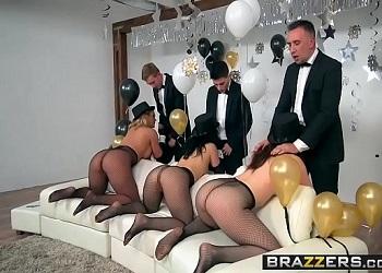 Cuando varios actores porno celebran juntos la entrada de año nuevo