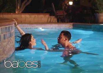 Sexo romántico que empieza con un baño nocturno en la piscina