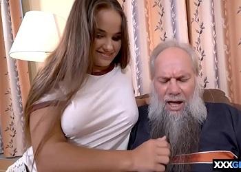 Joven morena gordita es el sueño erótico de cualquier viejo
