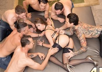 Ocho hombres se follan a lo bestia a la sexy Riley Reid