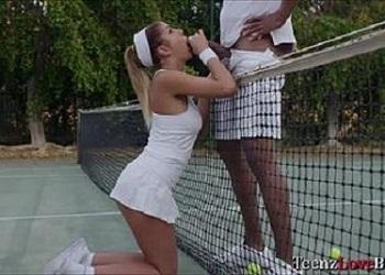 August Ames pasa del entrenamiento de tenis por la polla de su profesor