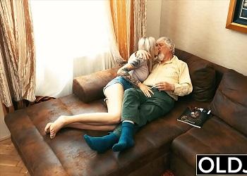 Jovencita muy zorra disfruta del sexo con los más viejos