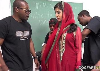 Nadia Ali vive un gangbang interracial en su aula