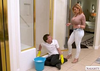 Sara Jay se lo monta con su hijastro como premio por limpiar la casa