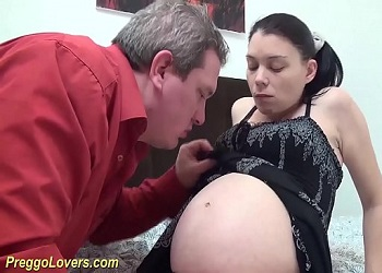 Joven amateur embarazada practica sexo con su abuelo