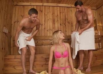 Joven rusa recibe una doble penetración dentro de una sauna