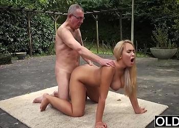 Briana Banderas disfruta follando con viejos experimentados