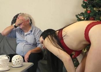 Jovencita aparece en ropa interior delante de su abuelo
