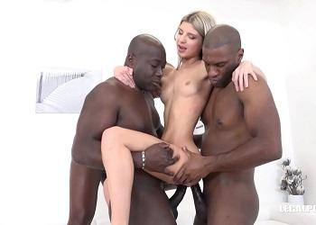 Gina Gerson recibe dobles penetraciones durante un gangbang interracial