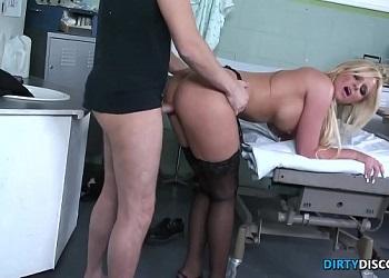 Doctor salido se folla a una paciente de tetas grandes