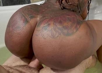 Milf negra con el culo grande disfruta del sexo dentro de la bañera