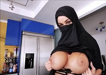 Una mujer árabe tetona le pone los cuernos a su marido